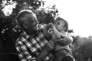 Avô desabafando com neto de 4 anos sobre reeencarnação